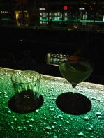 Dry Martini con Hendricks y Quilmes en el fondo