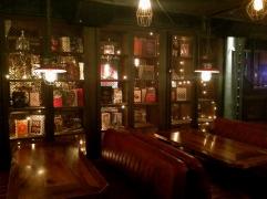 Más mesas y sofás
