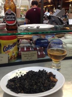 Arroz Negro con camarones y calamares servido con alioli
