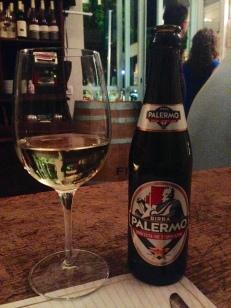 Cerveza local y Leone