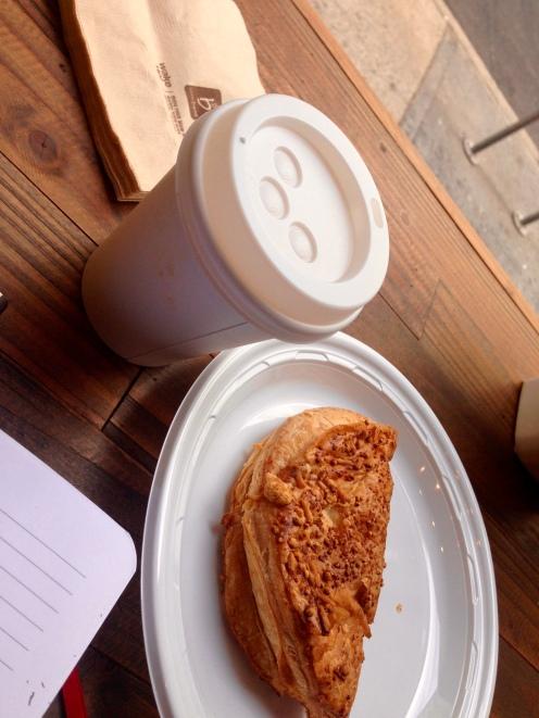 Cappuccino y turnover de espinaca y queso