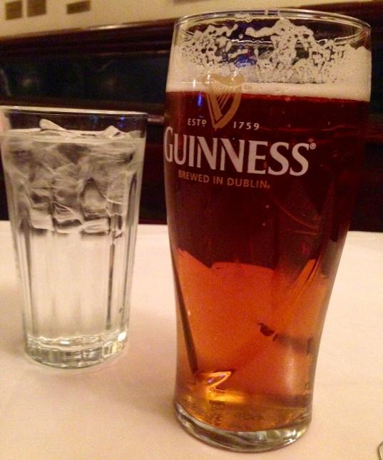 Birra en un vaso de Guinness